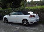 biały zaparkowany samochód
